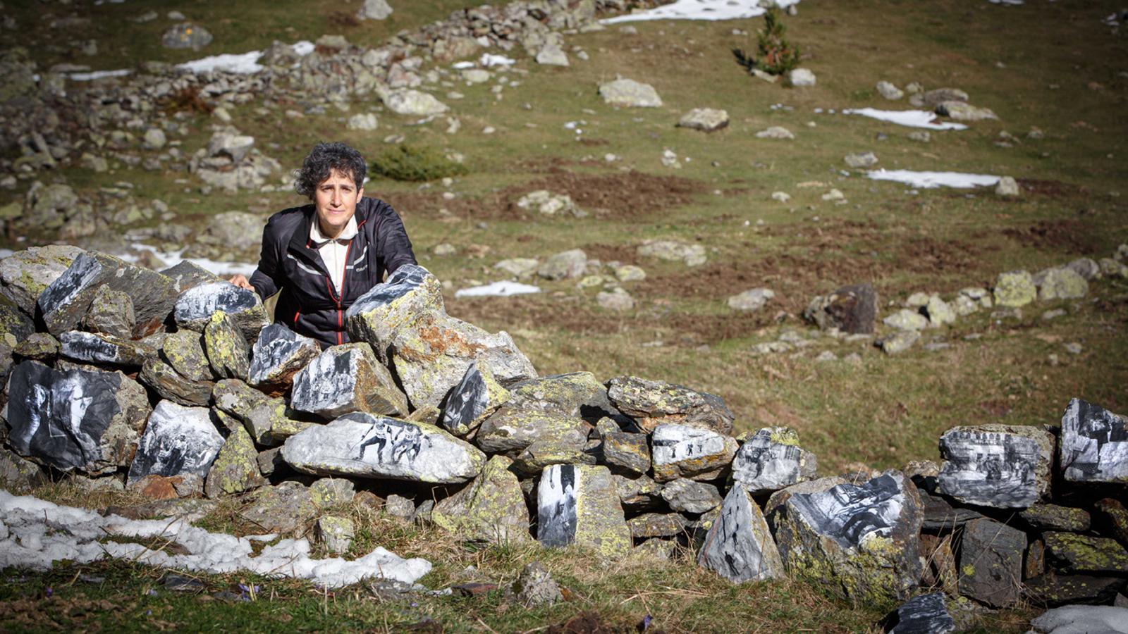 La fotògrafa Montserrat Altimiras amb la seva obra. / COMÚ D'ORDINO