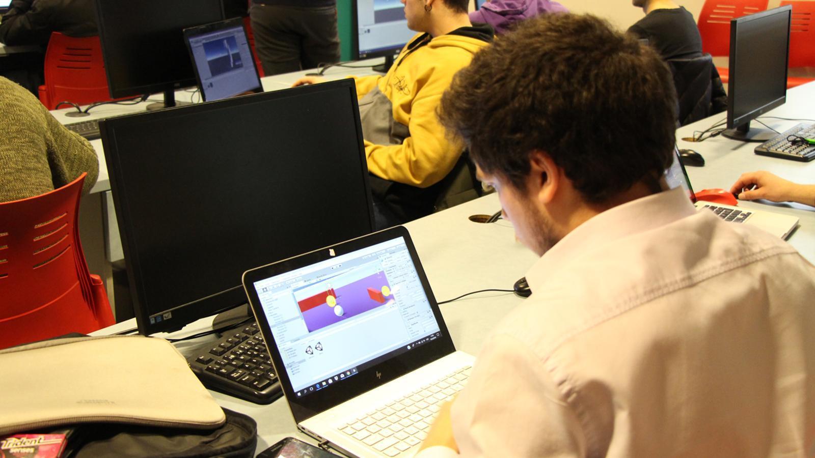 Un dels assistents al taller formatiu sobre videojocs, realitzant una tasca a l'ordinador. / L. M. (ANA)