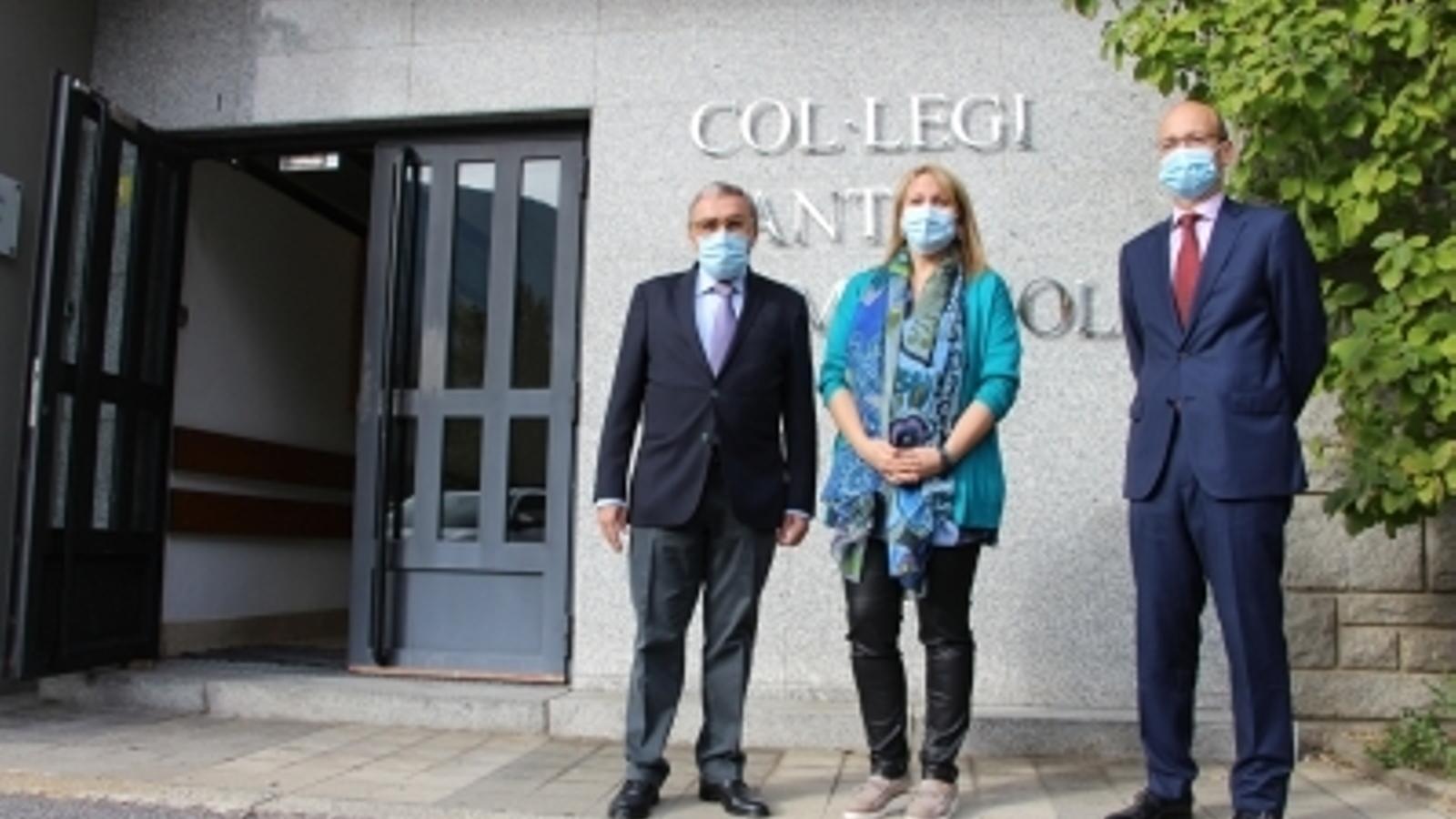 L'ambaixador d'Espanya a Andorra, Àngel Ros, i la directora del col·legi Sant Ermengol, Maria Josep Pascual, a l'entrada del centre / MP