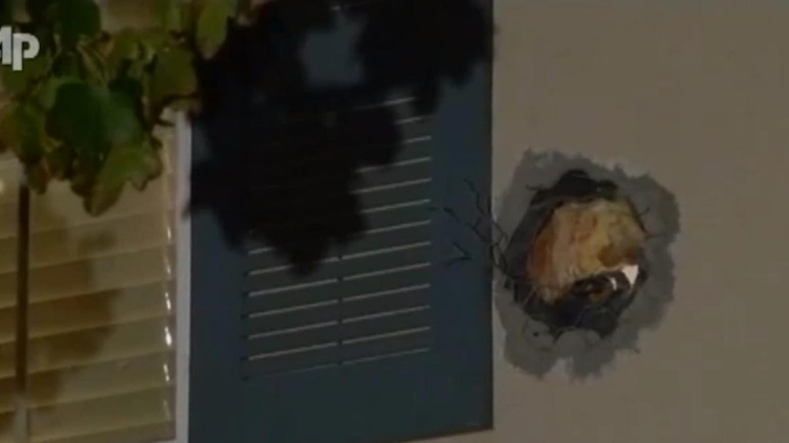 Una bala de canó d'un programa de televisió dels EUA travessa una casa mentre els amos hi dormen