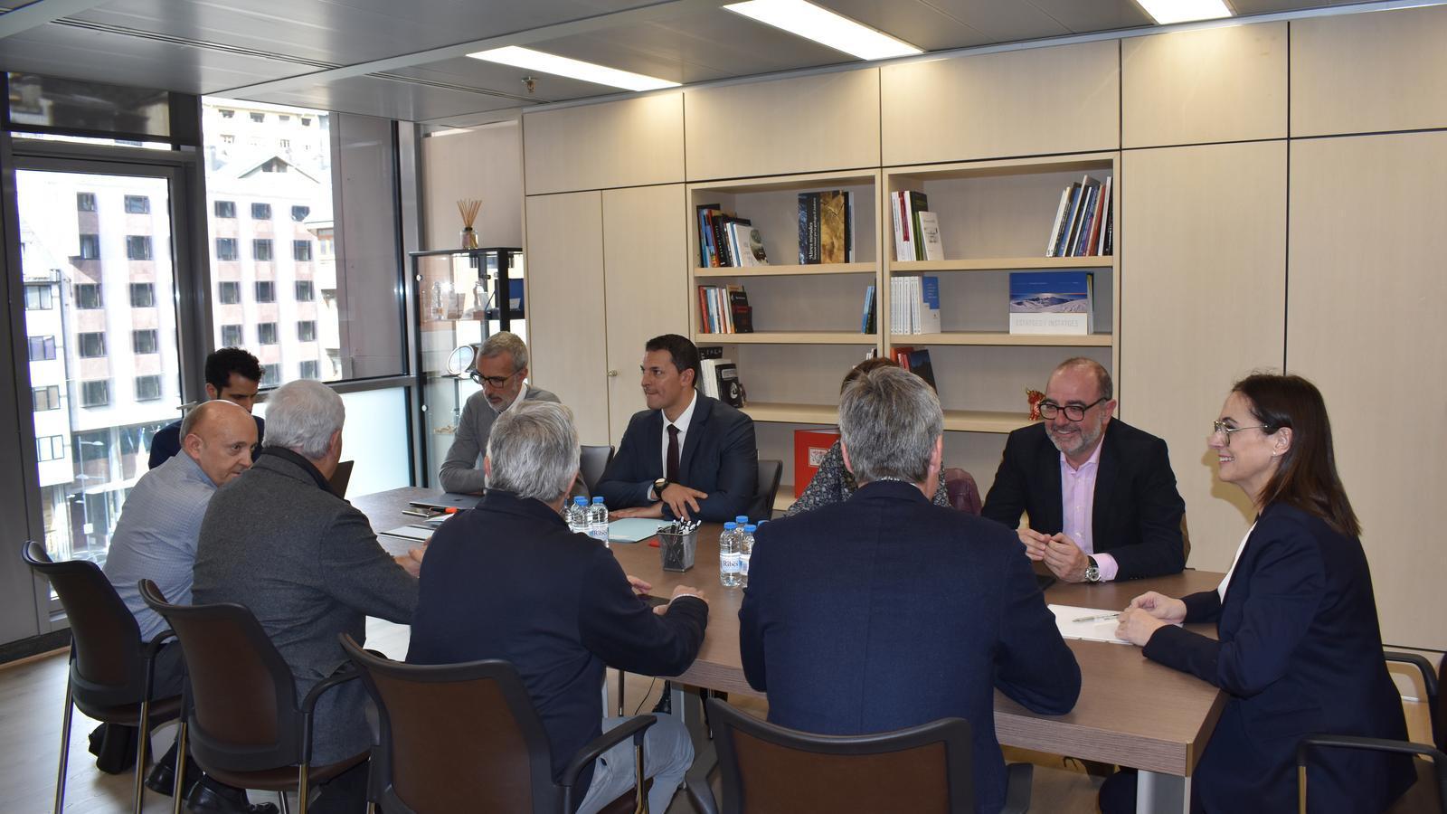 Reunió del ministre Gallardo amb la CEA i representants del sector privat. / M. R. F.