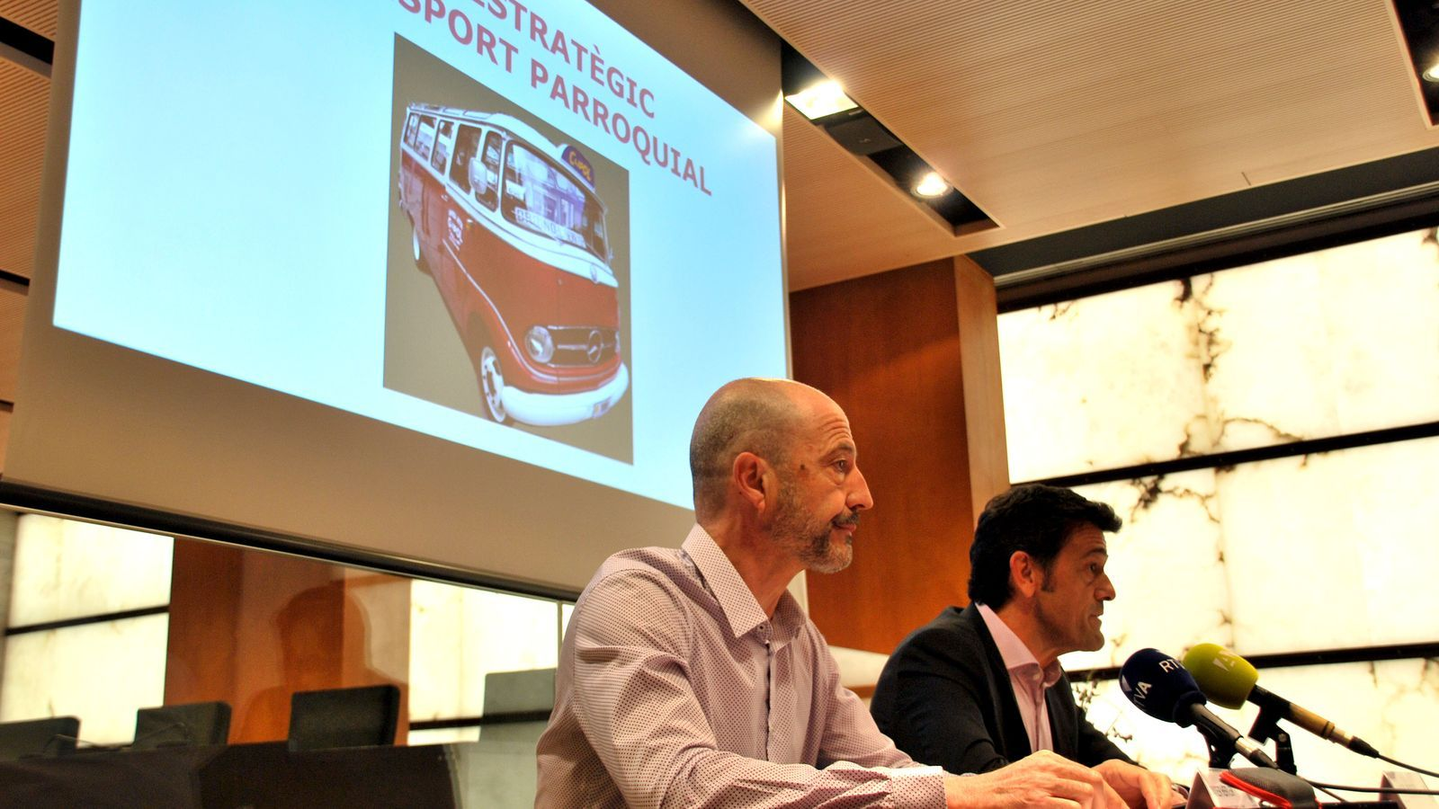 El conseller d'Administració, Comunicació i Comerç del comú d'Ordino, Xaver Herver, i el cònsol major, Josep Àngel Mortés, presenten el nou Pla estratègic de transport parroquial. / C. G. (ANA)