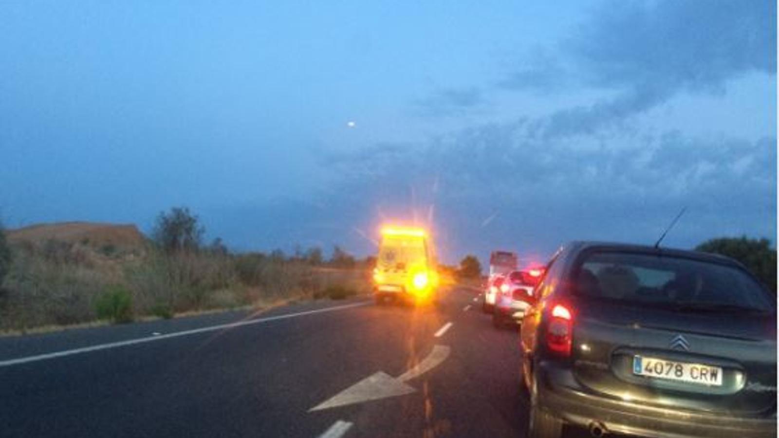 L'accident ha provocat fortes retencions a la carretera. / @HERNANNOGUES