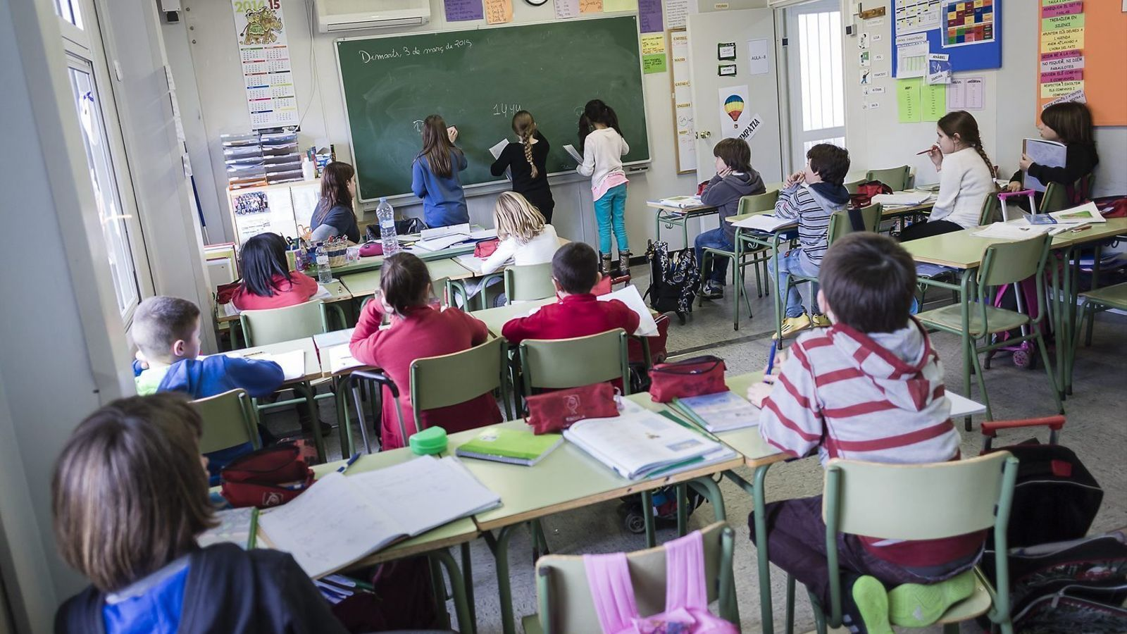 Els alumnes d'una escola, durant una classe