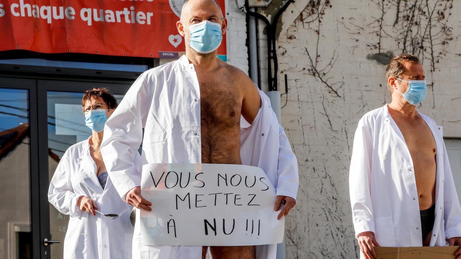 Doctors de Charleroi protesten despullats per demanar més protecció laboral.