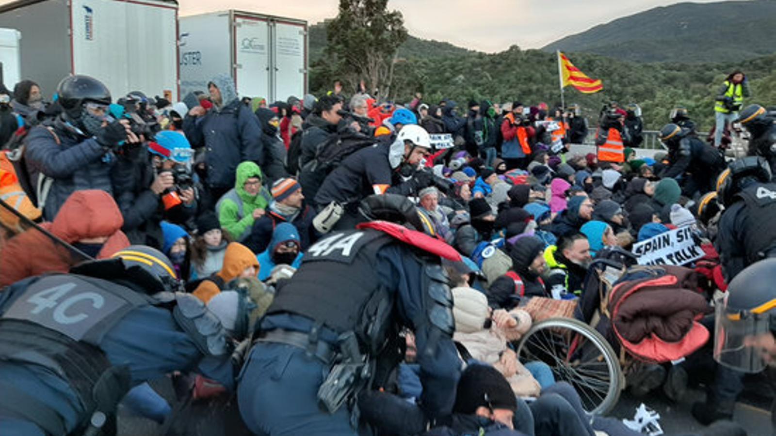 Antiavalots de la policia francesa desallotgen manifestants concentrats a la frontera francesa