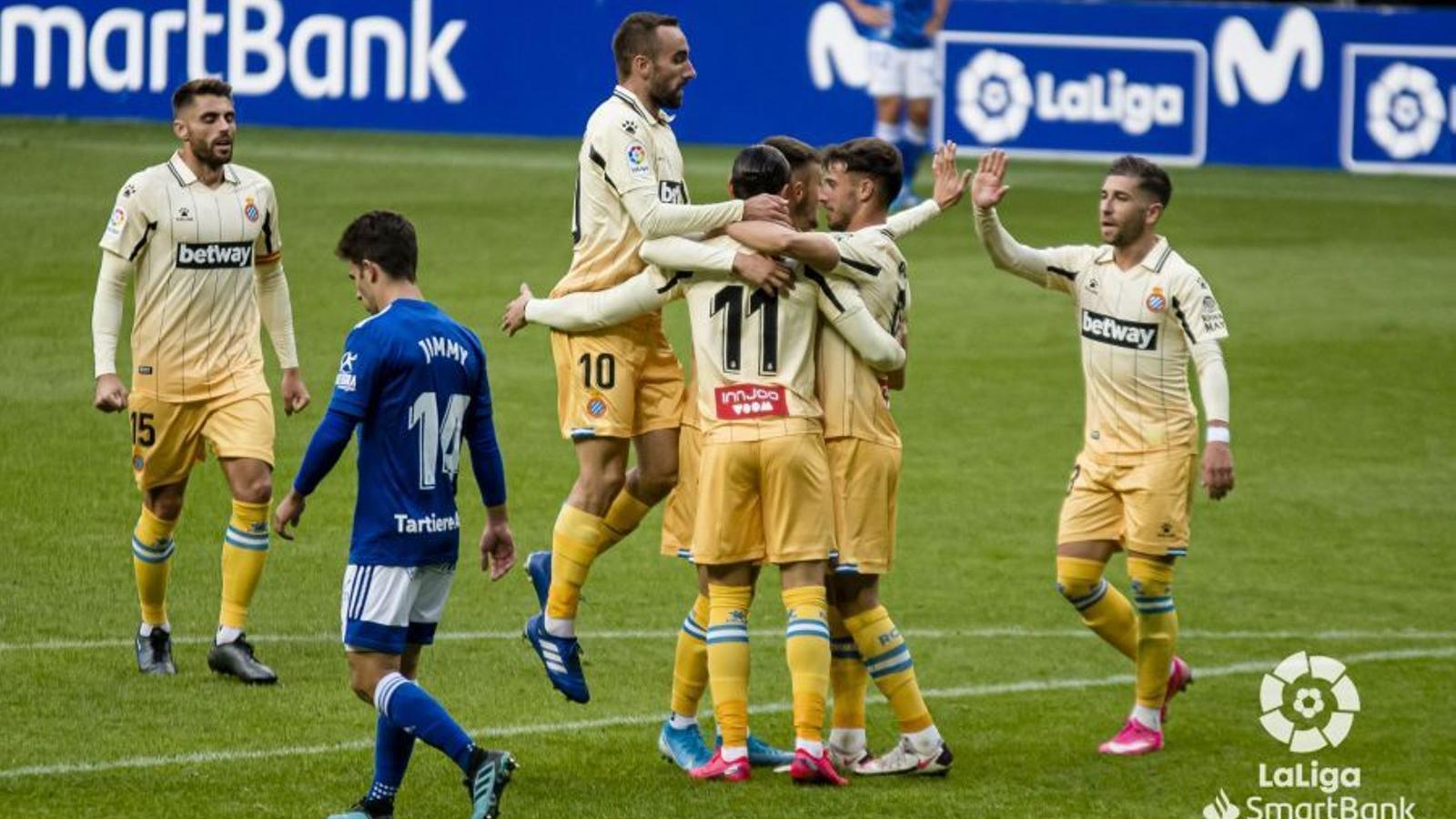 Els jugadors de l'Espanyol celebren un dels gols de Raúl de Tomás al Carlos Tartiere