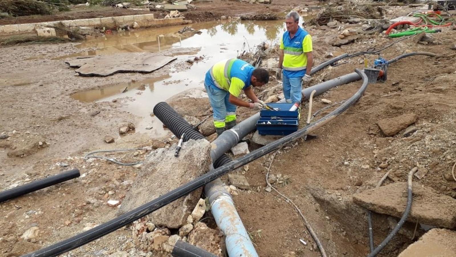 Membres d'Emaya reparant canonades i restablint el subministre d'aigua potable a Sant Llorenç.
