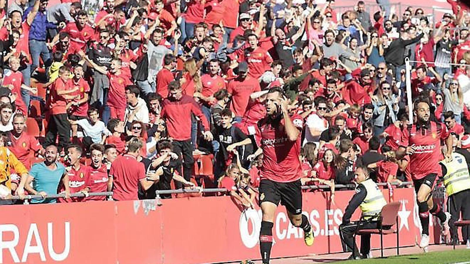 Álex López celebra un gol davant la grada Sitjar de Son Moix  Vicente Moreno dona indicacions en un partit d'aquesta temporada.