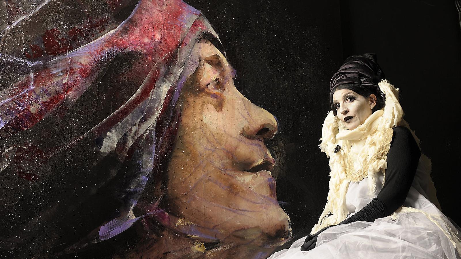Lita Cabellut disfressada d'un dels personatges que imagina abans d'immortalitzar-los a la tela