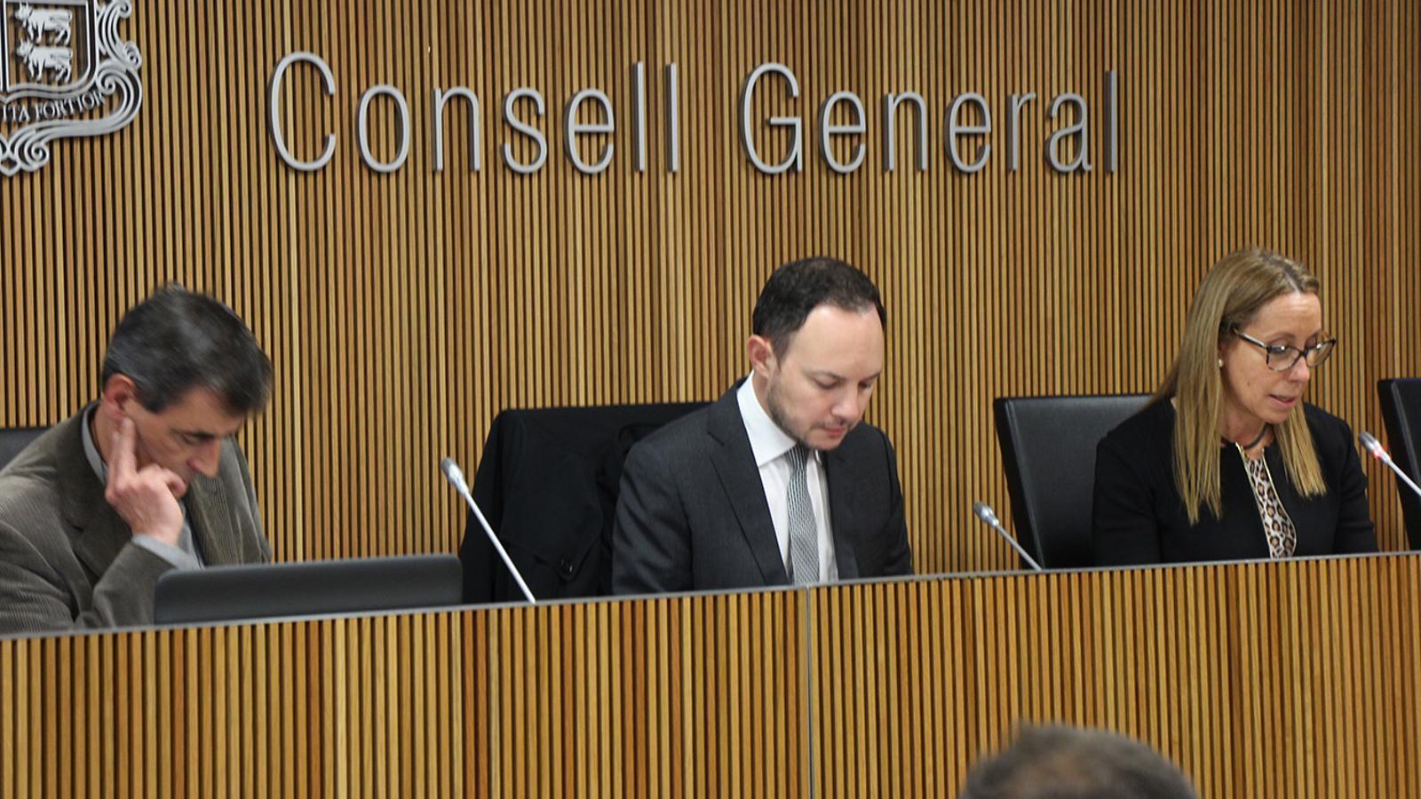 El coordinador del departament d'Estadística del Govern, Enric Ripoll; el ministre d'Afers Socials, Justícia i Interior, Xavier Espot, i la presidenta de la comissió legislativa d'Afers Socials, Sílvia Bonet, durant la presentació de l'informe. / B. N. (ANA)
