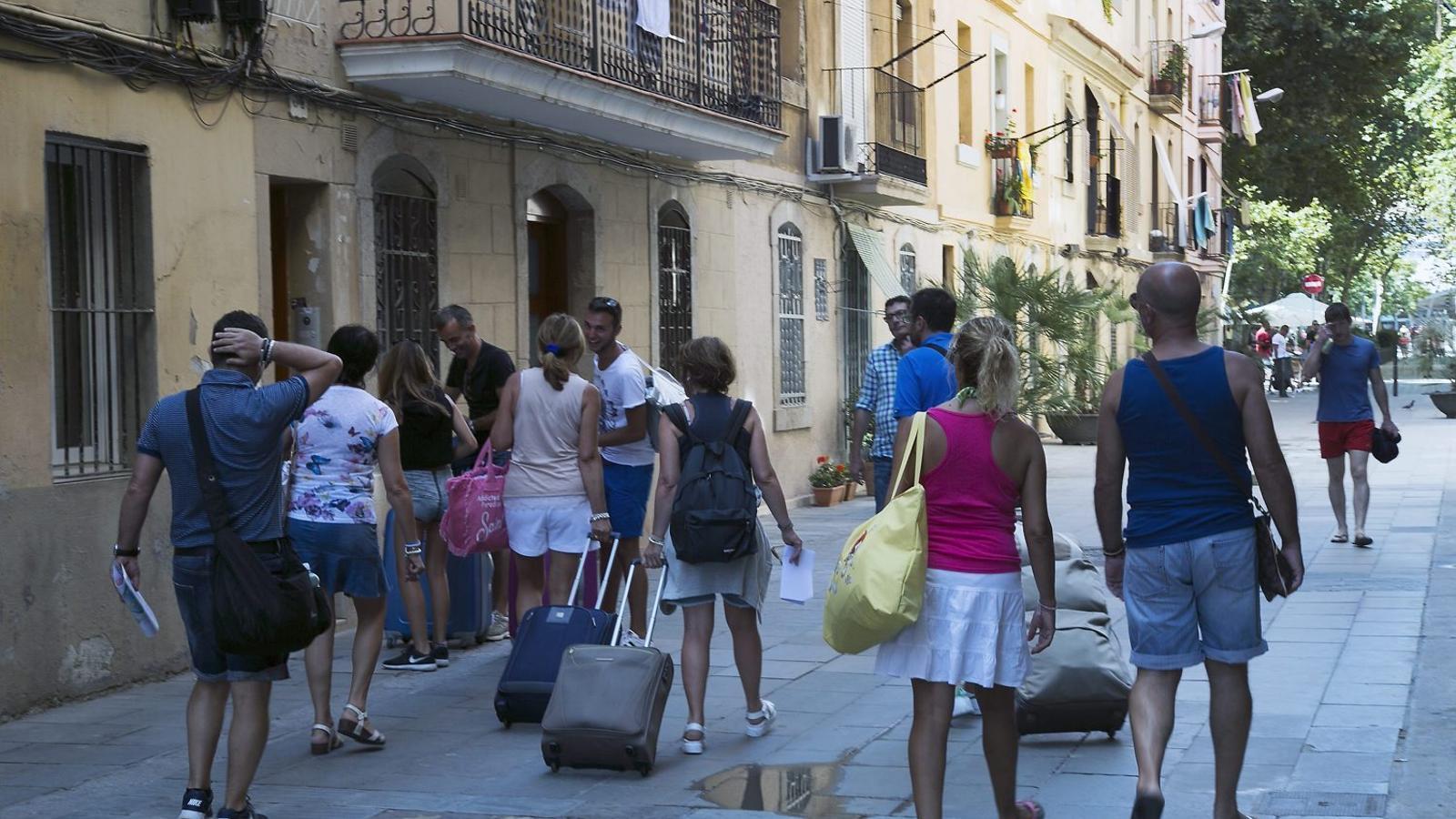 La Barceloneta (foto) i Ciutat Vella són dels barris més castigats per la densitat de pisos turístics.