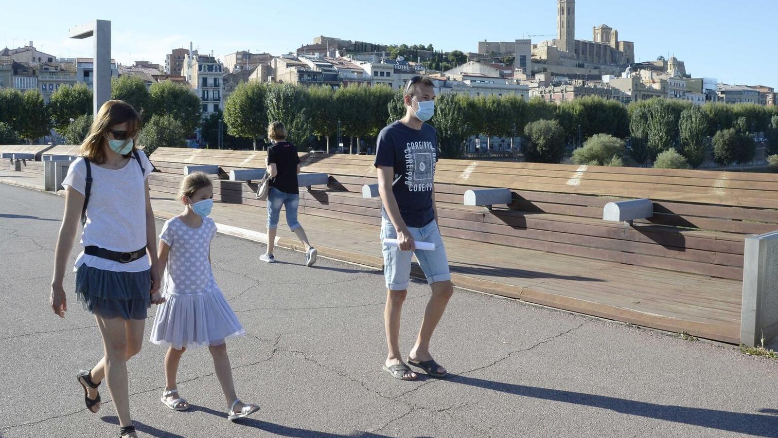 Ciutadans passejant per Lleida després que el Govern decretés el confinament perimetral del Segrià.