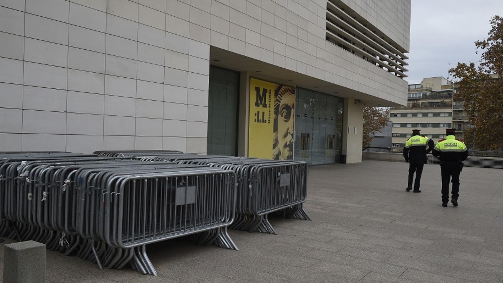 Mossos d'Esquada a l'entrada del Museu de Lleida aquest diumenge