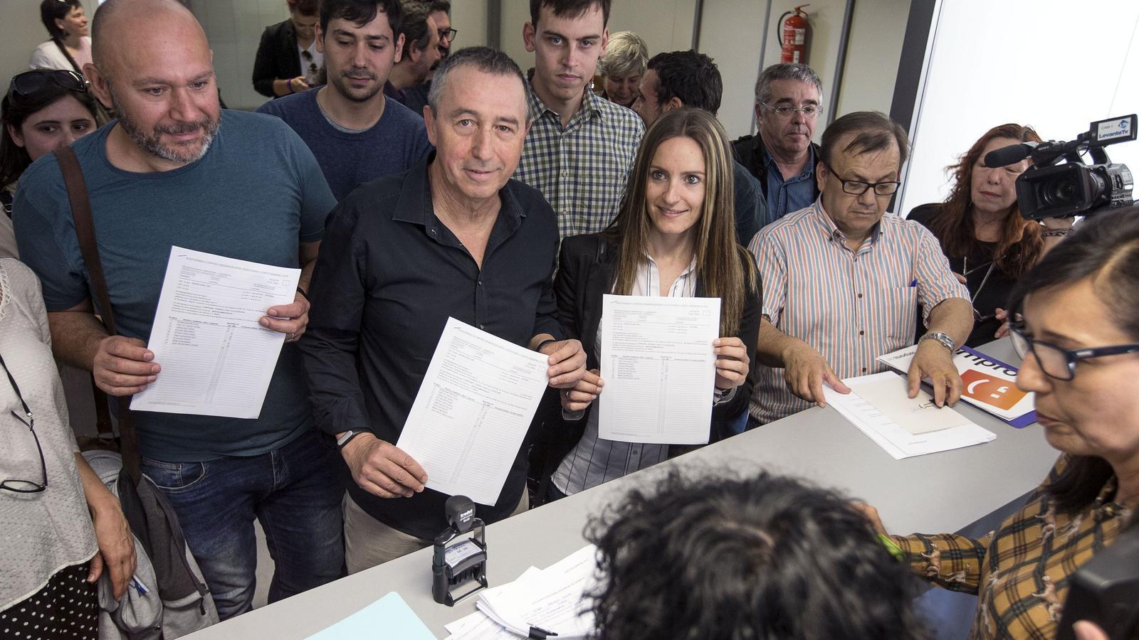 El cap de llista de la coalició 'A la valenciana', Joan Baldoví (centre), al costat dels número 1 d'Esquerra Unida, Ricardo Sixto, i de Podem, Àngela Ballester, avui en el moment de registrar la seva candidatura en la Junta Electoral.