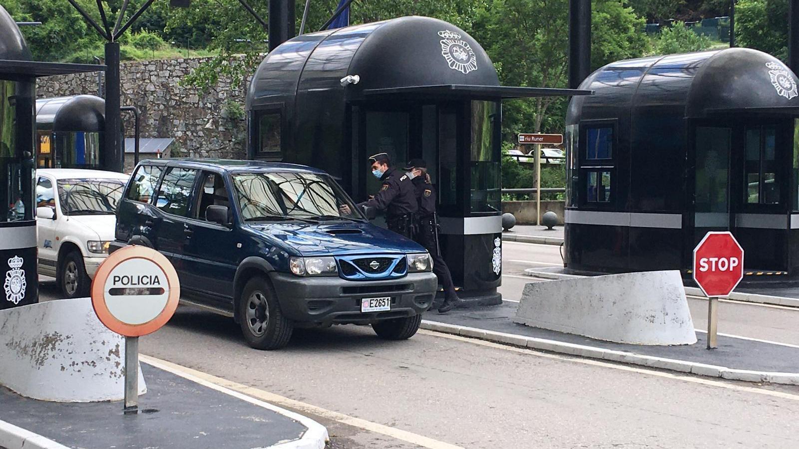 La policia espanyola atura un vehicle andorrà. / M. P.