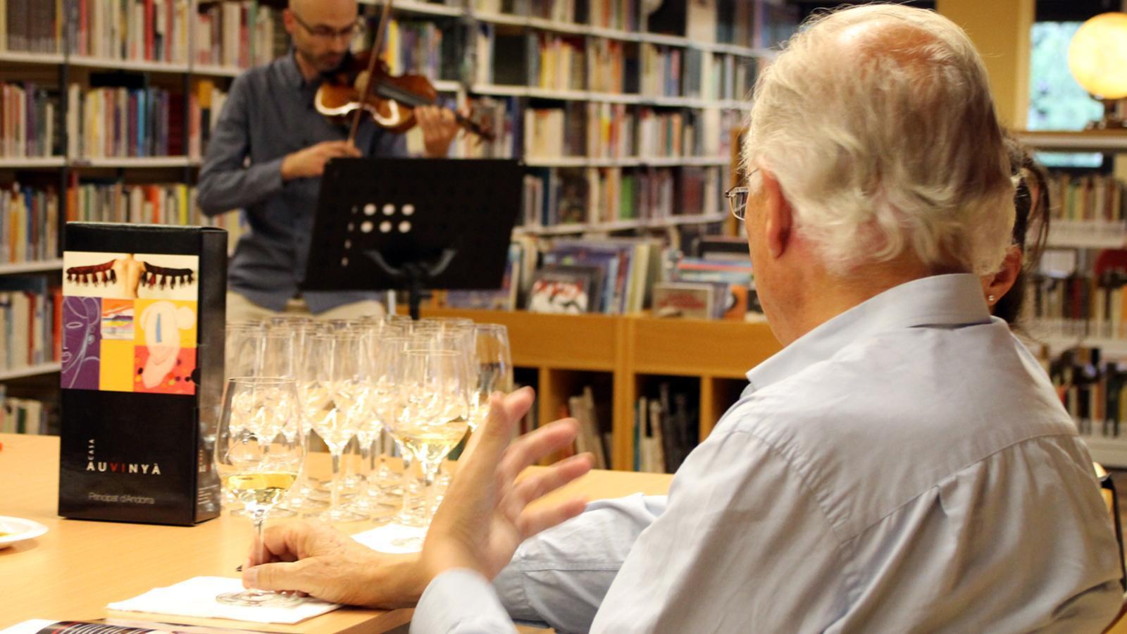 Moment de la cata dels vins de la Casa Auvinyà amb la música d'Alexandre Aràjol./ T. N. (ANA)