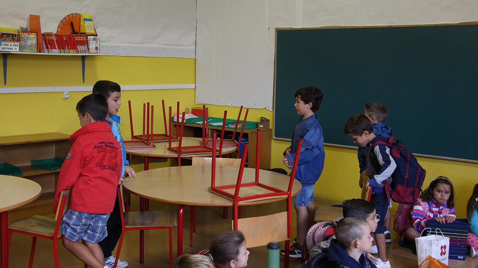 Alumnes preparant els seus llocs en el primer dia de curs escolar. / M. F. (ANA)