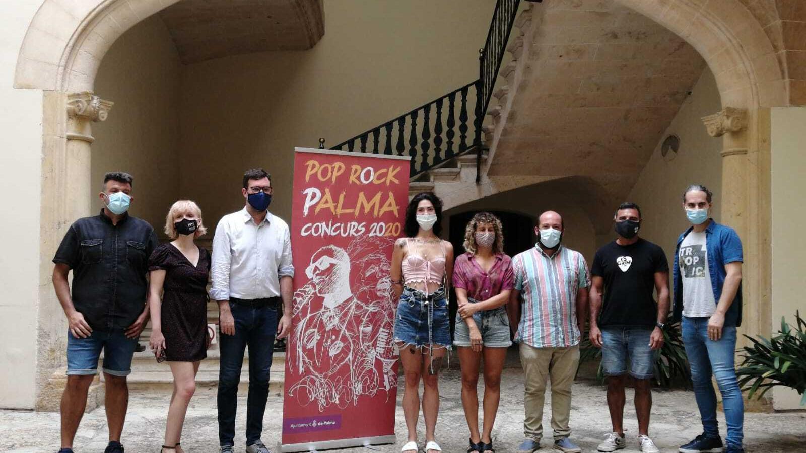 El regidor de Cultura, Antoni Noguera, i el director general de música i arts escèniques, Miquel Àngel Contreras, amb els membred el jurat del concurs  de Pop Rock de Palma.