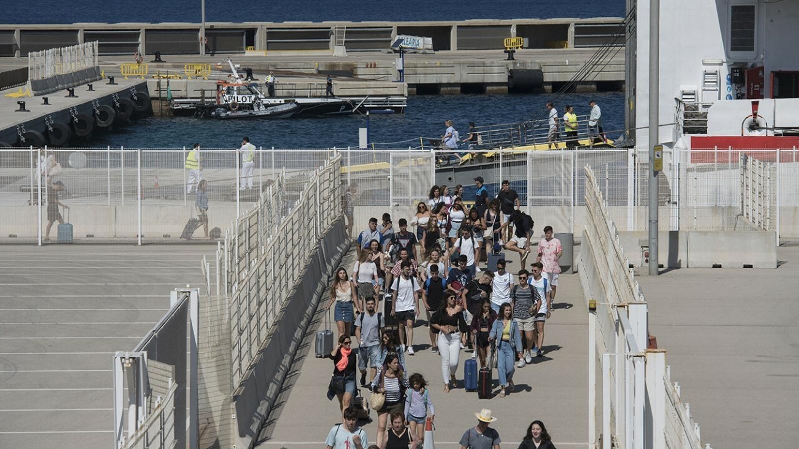 El port de Ciutadella viu hores intenses amb l'arribada dels bucs procedents de Mallorca i Barcelona.
