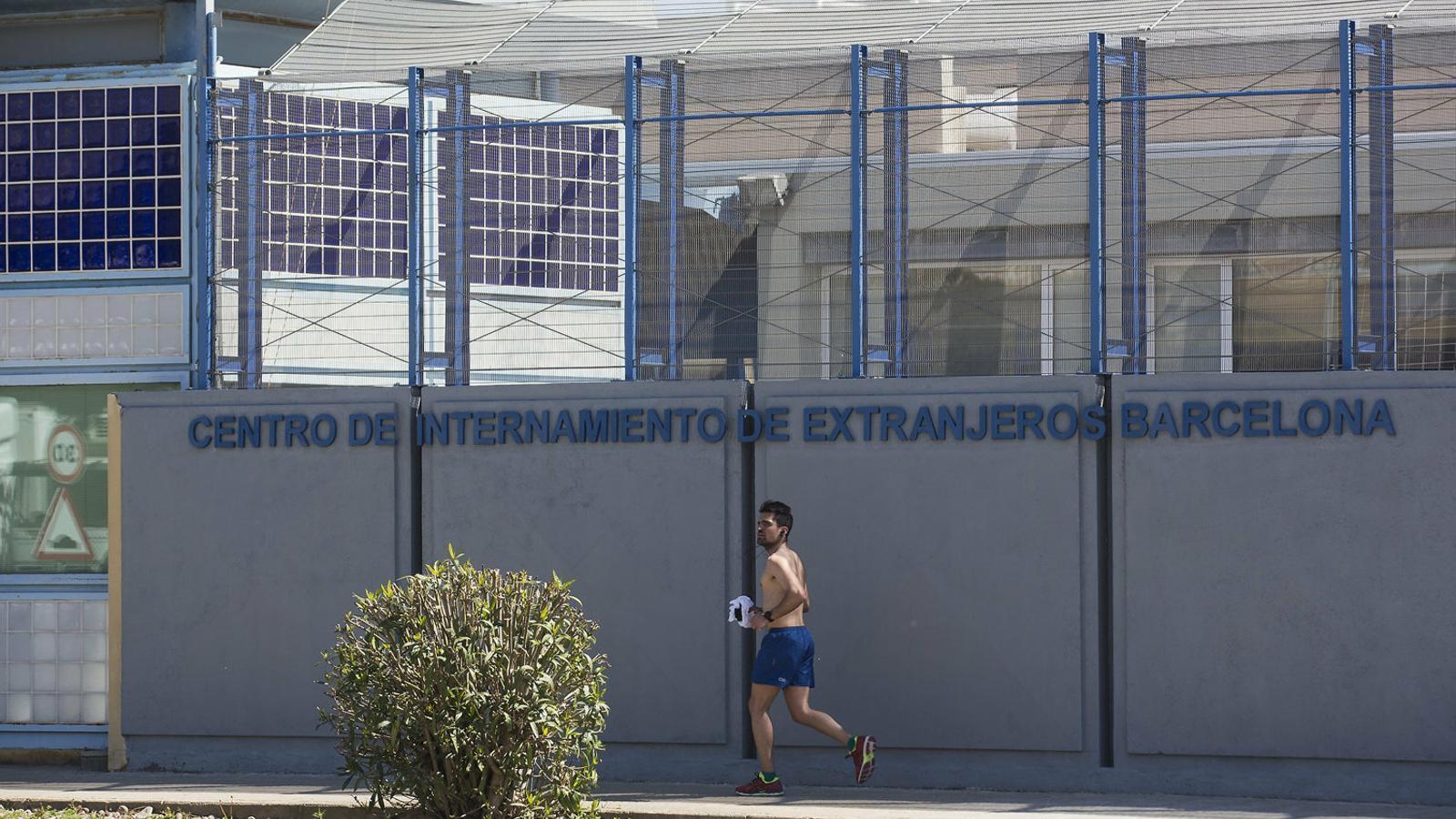 Retenen al CIE de Barcelona durant 60 dies un noi que acredita ser menor