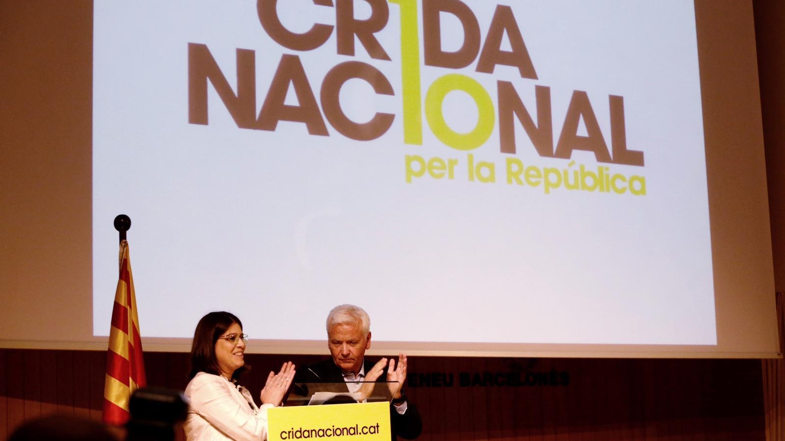 Gemma Geis i Ferran Mascarell han llegit el manifest de la Crida Nacional a l'acte de presentació del moviment aquest dilluns a l'Ateneu Barcelonès