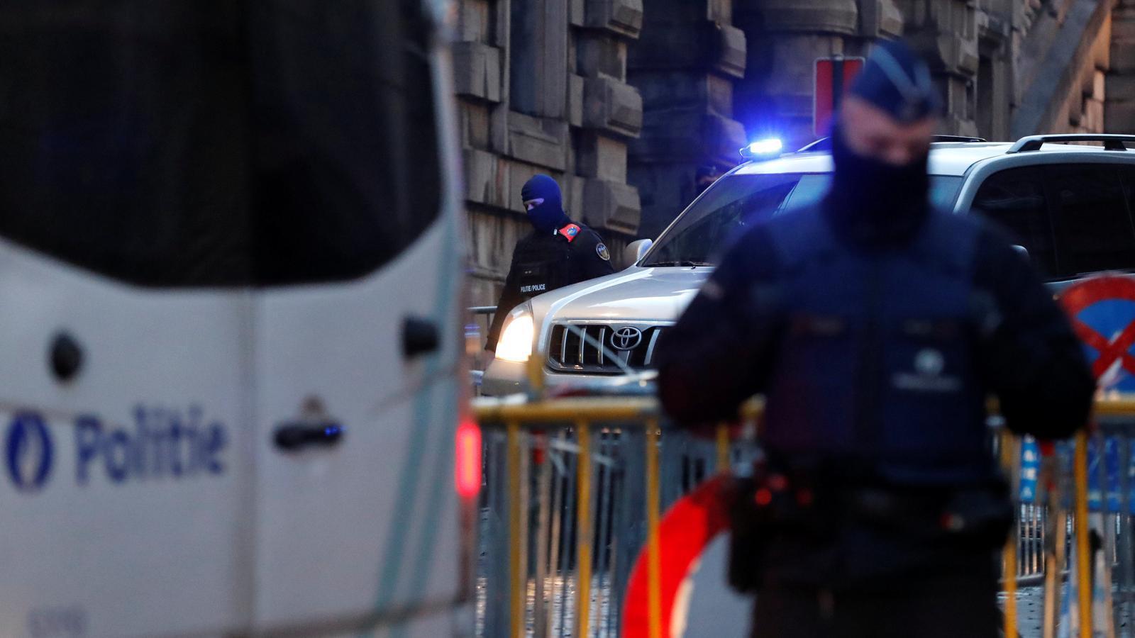 El comboi policial que trasllada Salah Abdeslam al Palau de Justícia de Brussel·les. / YVES HERMAN / REUTERS