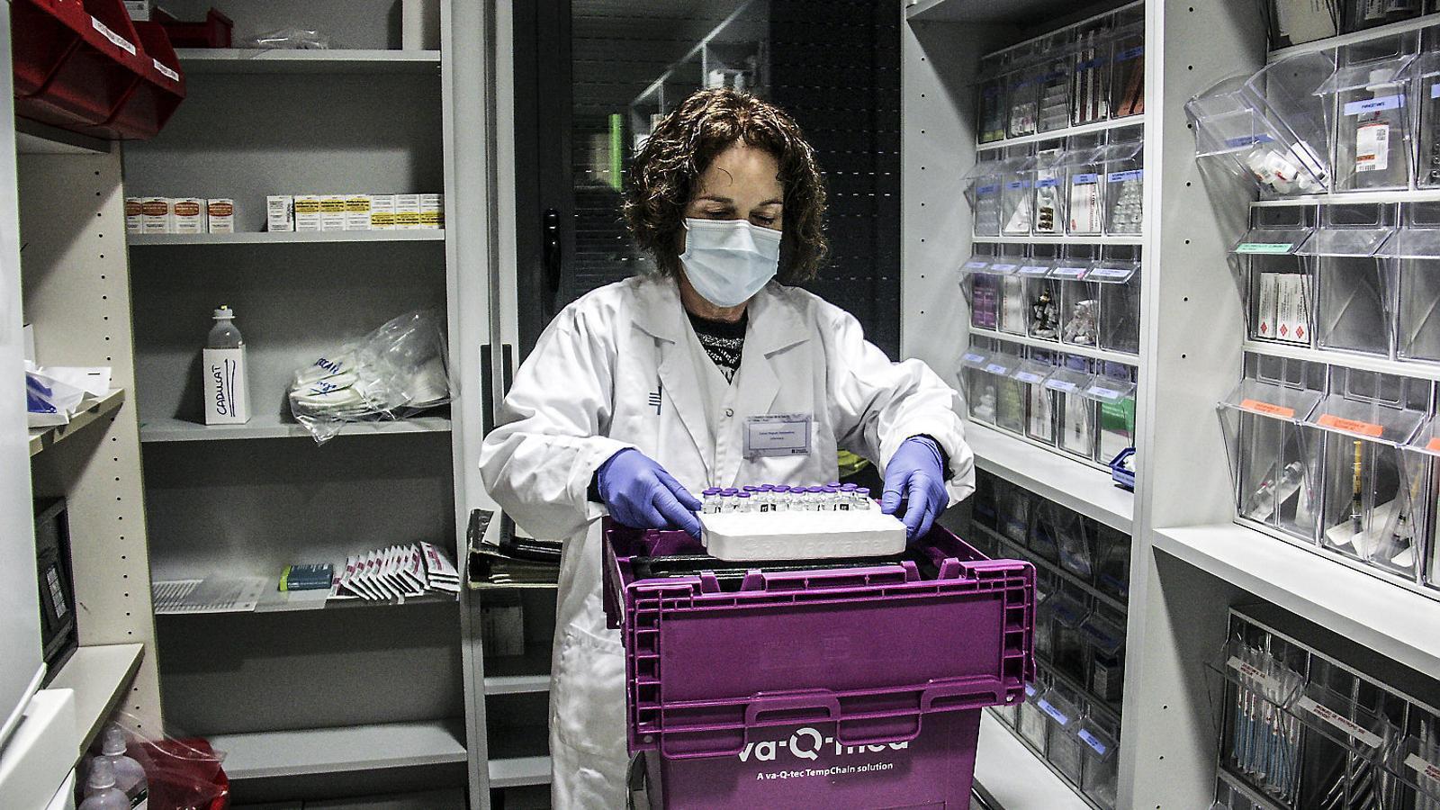 Una infermera preparant les vacunes per a les residències de l'Alt Pirineu i Aran.