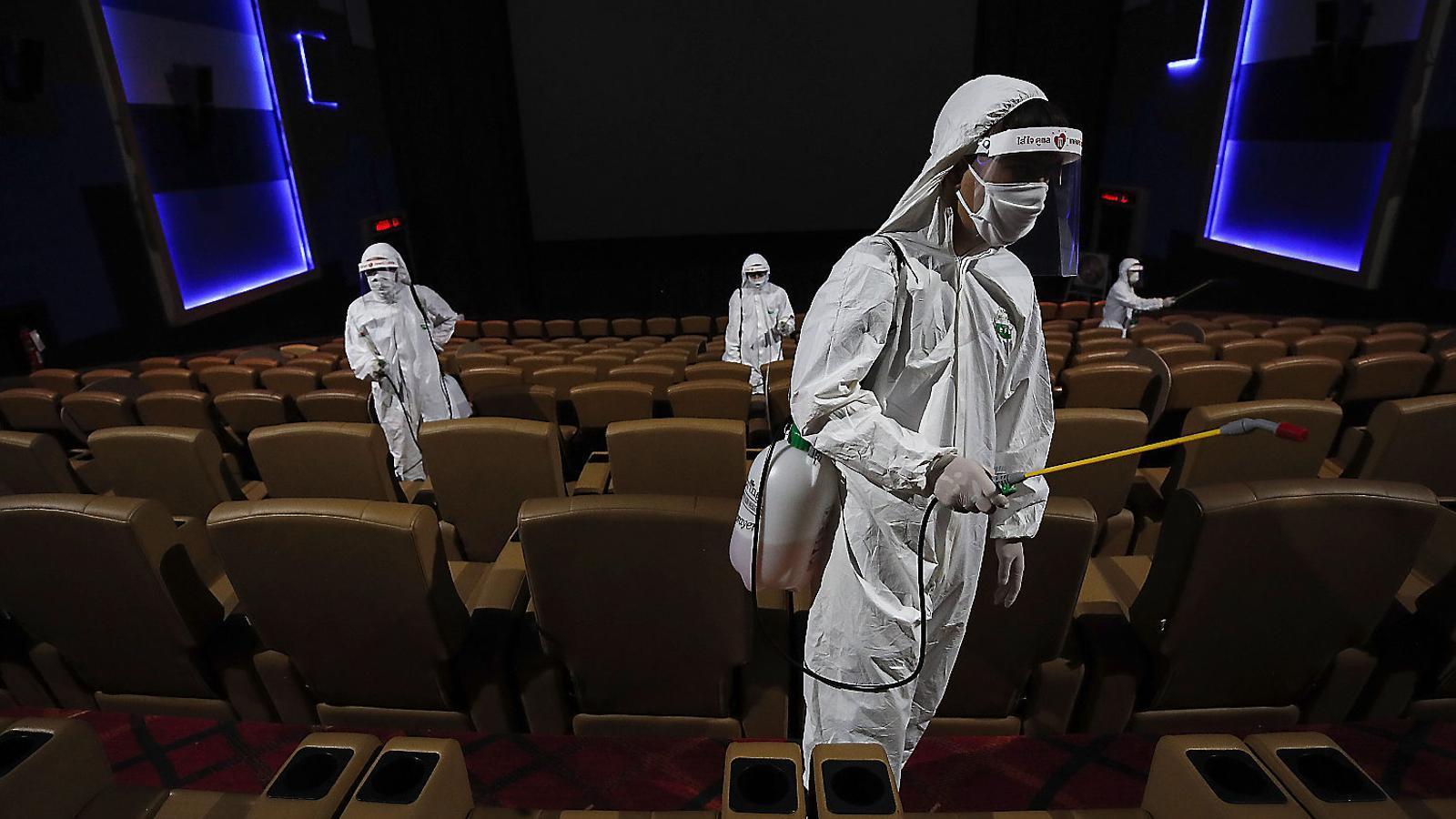 Feines de desinfecció en un teatre de Bangkok abans de la reobertura.