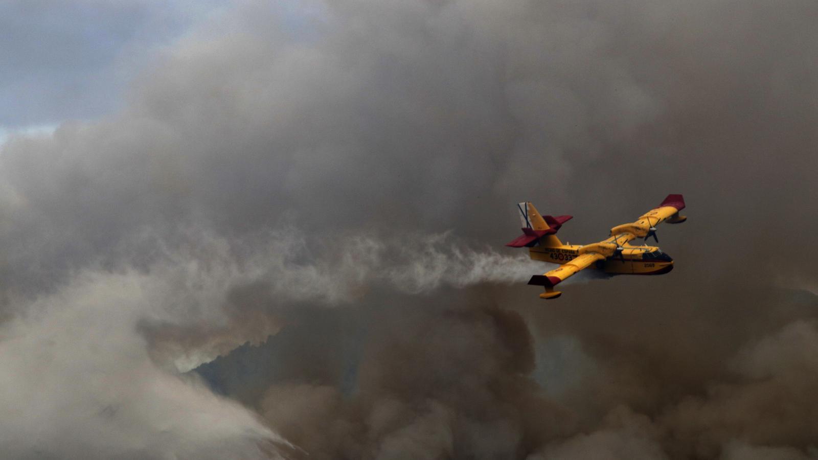 Un avió amfibi intenta sufocar el foc a l'Albufera