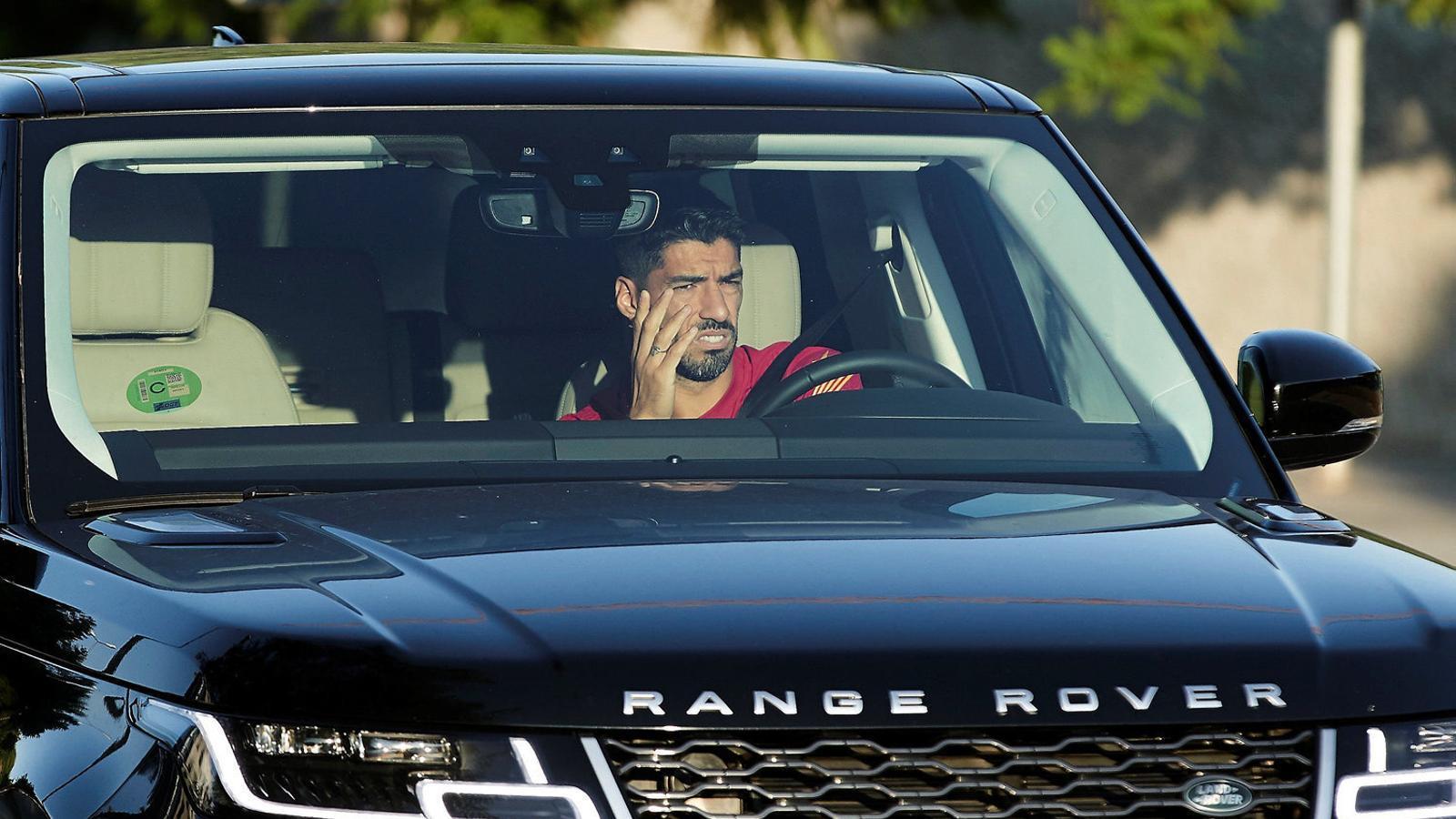 L'encara davanter del Barça Luis Suárez sortint de la Ciutat Esportiva Joan Gamper en cotxe.