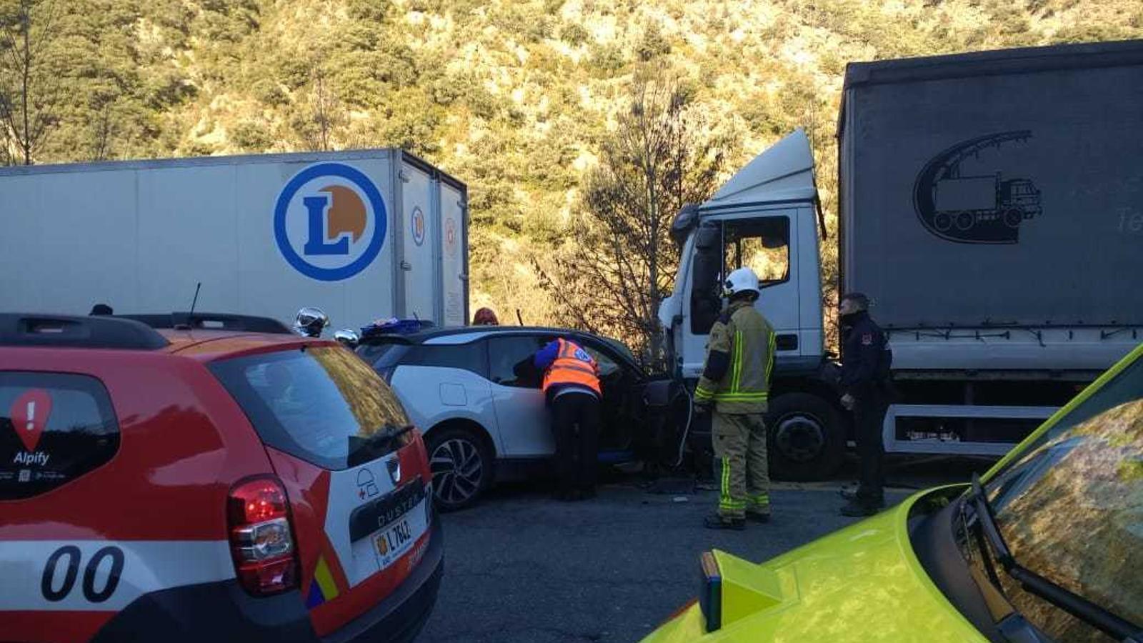 Estat en què han quedat els vehicles accidentats. / ANA