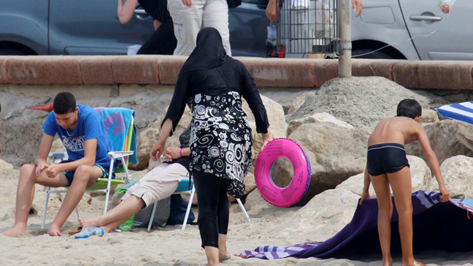Una dona amb un burquini, en una imatge d'arxiu, en una platja francesa.