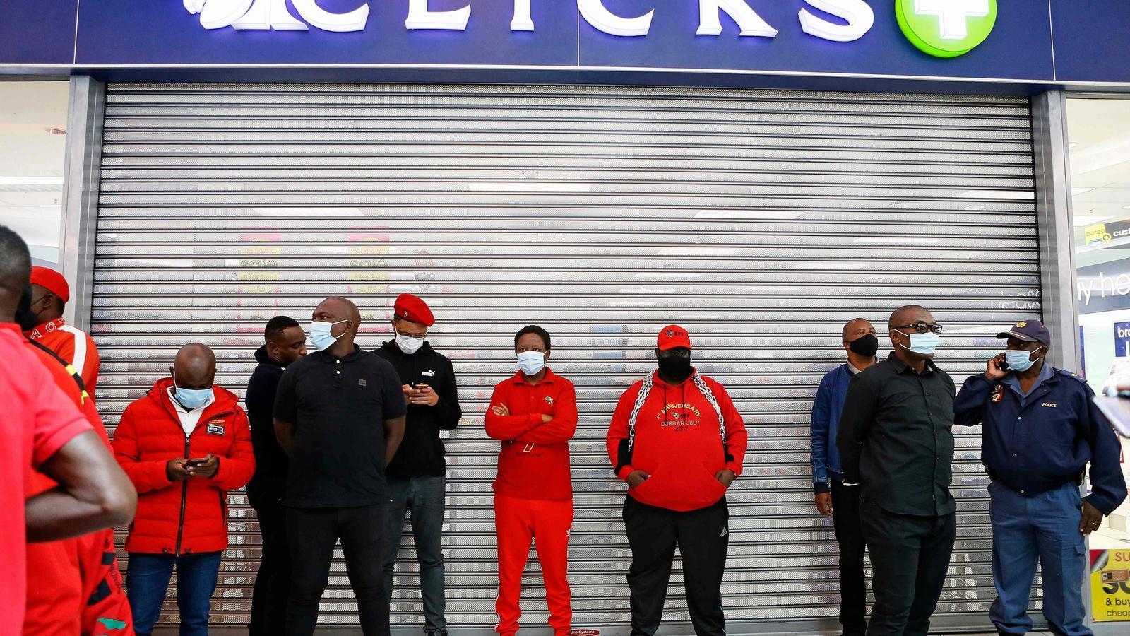 Militants del populista Lluitadors per la Llibertat Econòmica bloquejant una botiga de la cadena Clicks, a Polokowane