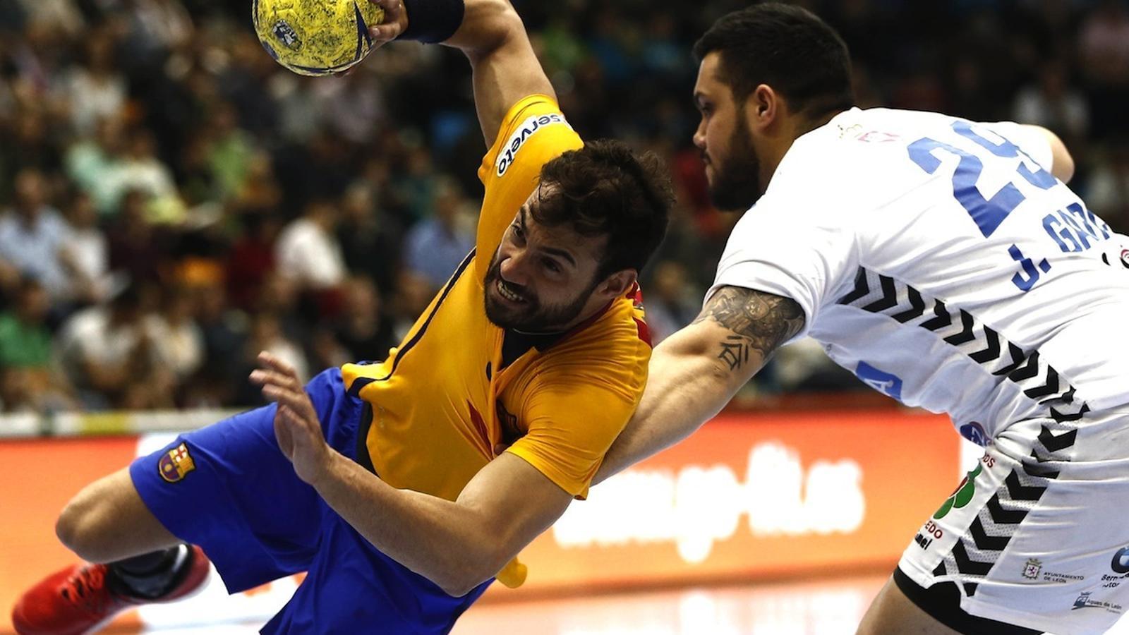 Dani Sarmiento i Javier García, durant el Barça Lassa - Ademar de la Copa del Rei