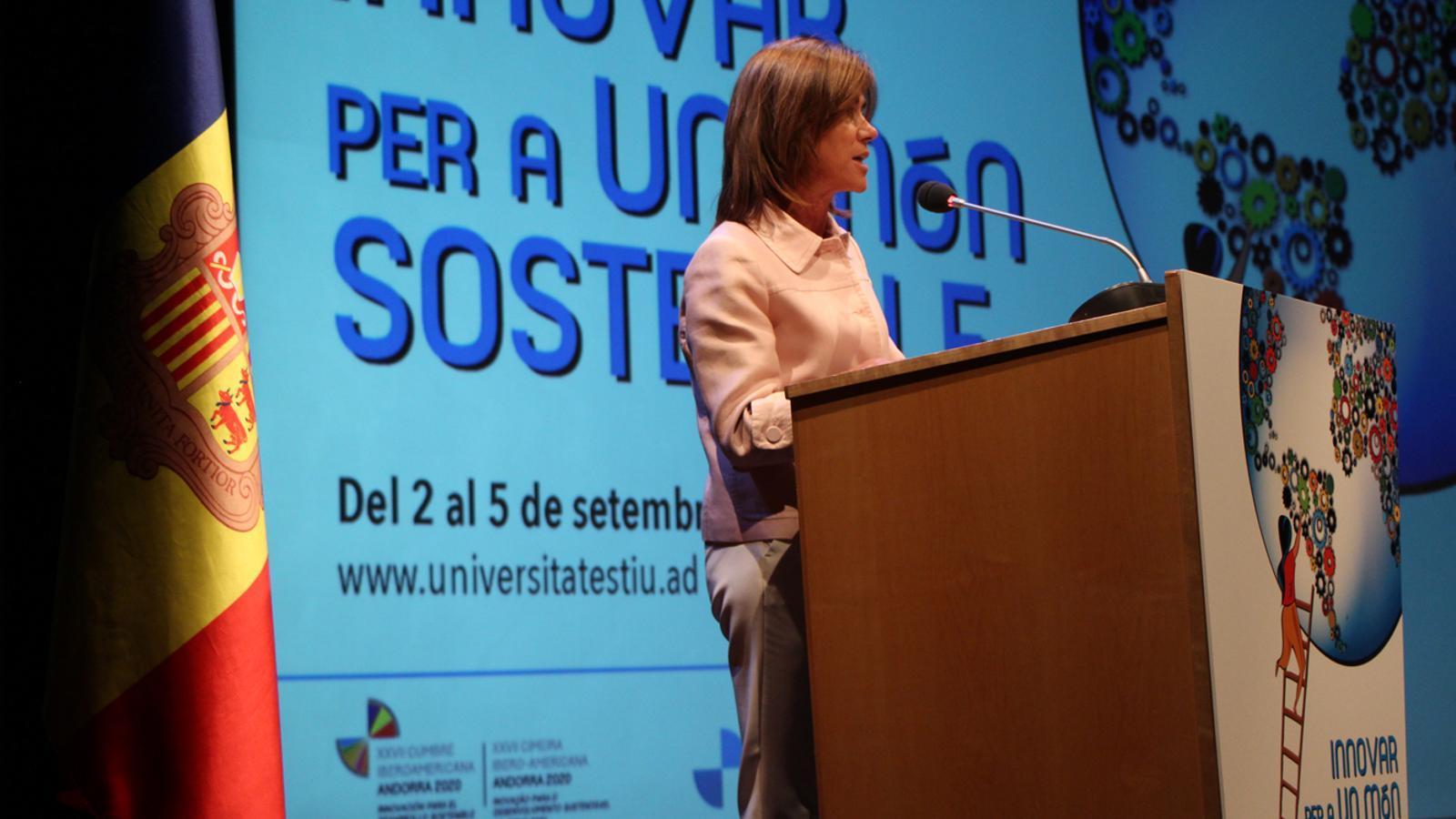 La ministra d'Educació i Ensenyament Superior, Ester Vilarrubla, durant el discurs que ha servit per cloure la 36a edició de la Universitat d'Estiu. / M. P. (ANA)
