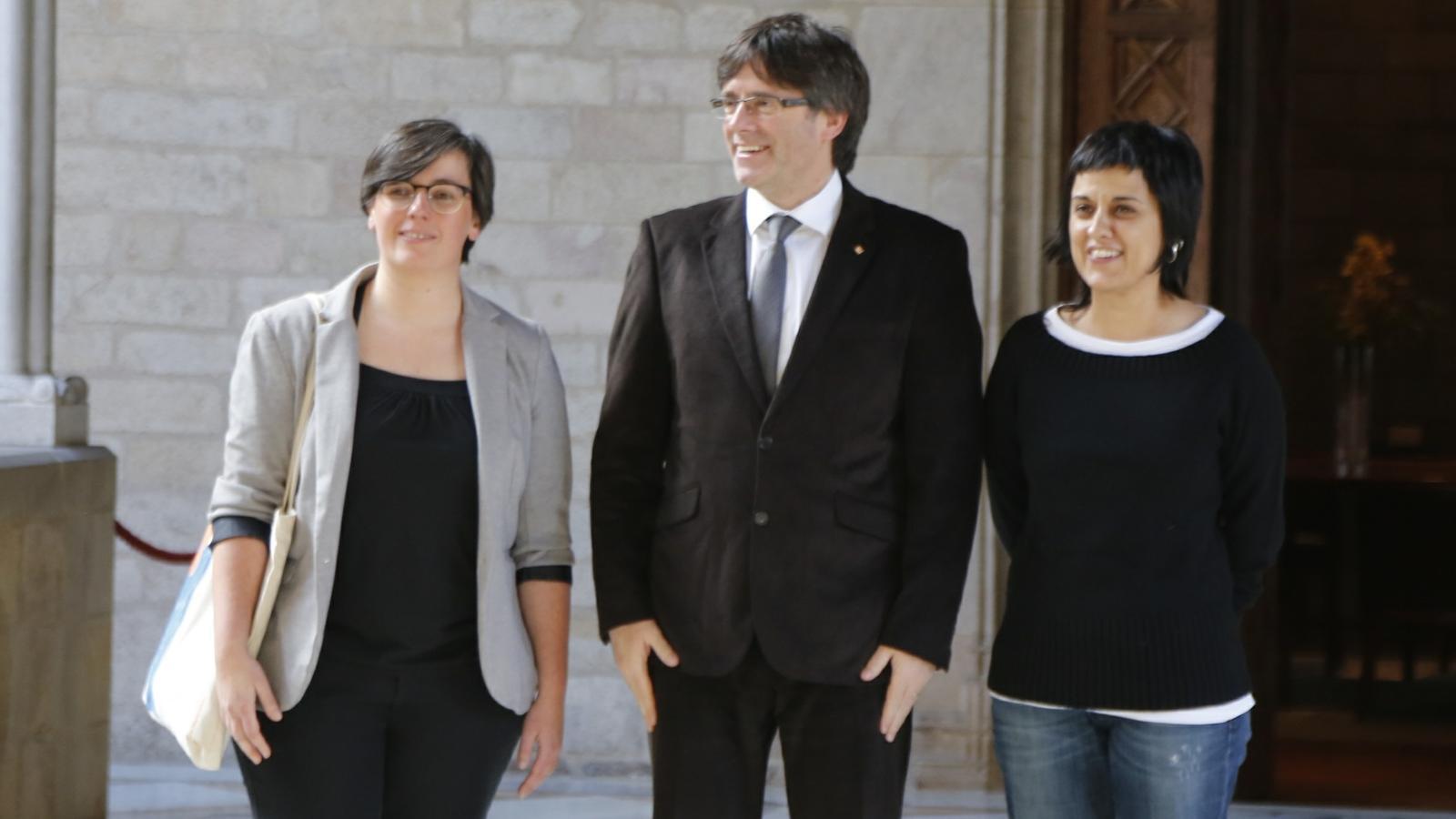 El president de la Generalitat, Carles Puigdemont, s'ha reunit amb les diputades de la CUP Mireia Boya i Anna Gabriel / FERRAN FORNÉ