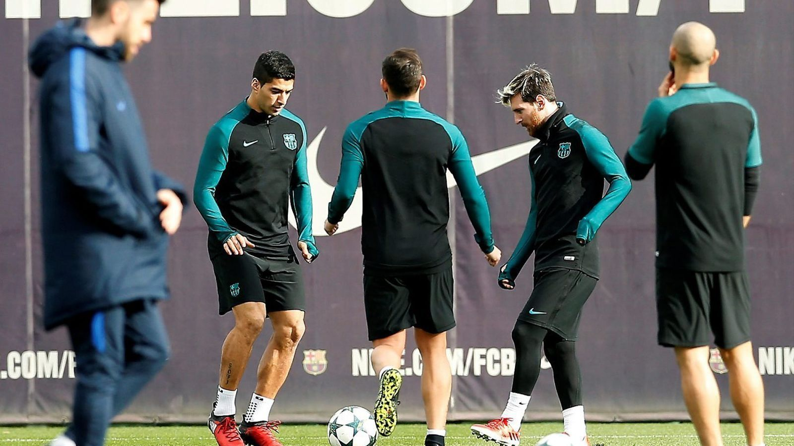 Luis Suárez, Paco Alcácer (d'esquena) i Leo Messi fent-se passades durant l'entrenament d'ahir.