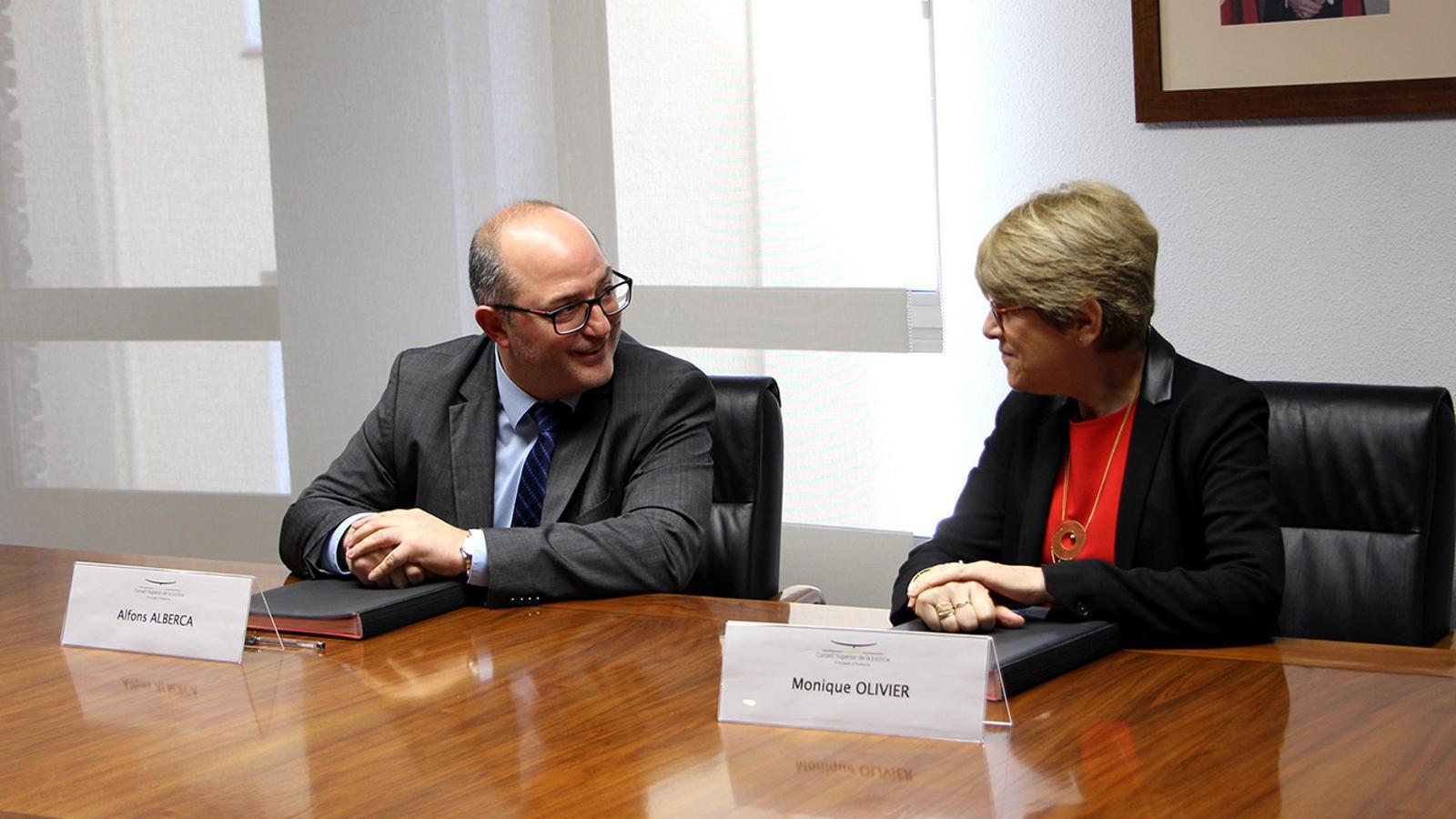 El fiscal general, Alfons Alberca i la seva homòloga de la cort d'apel·lació de Tolosa, Monique Olivier, durant la signatura del protocol. / M. F.