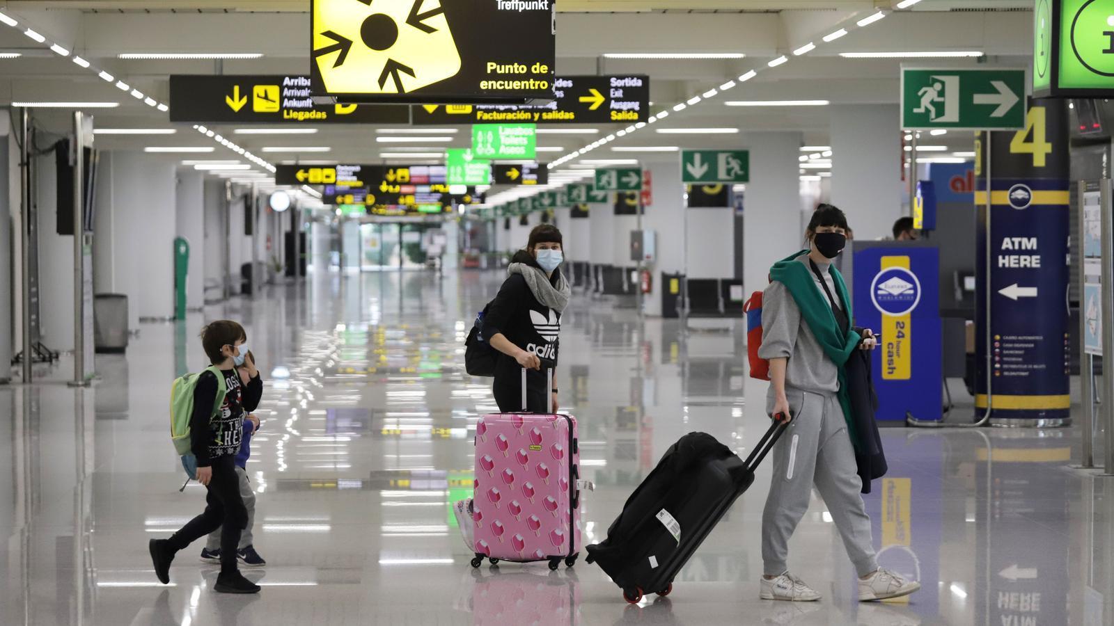 Imatge d'uns dels primers passatgers de la Península que han passat el control sanitari a l'Aeroport de Palma.