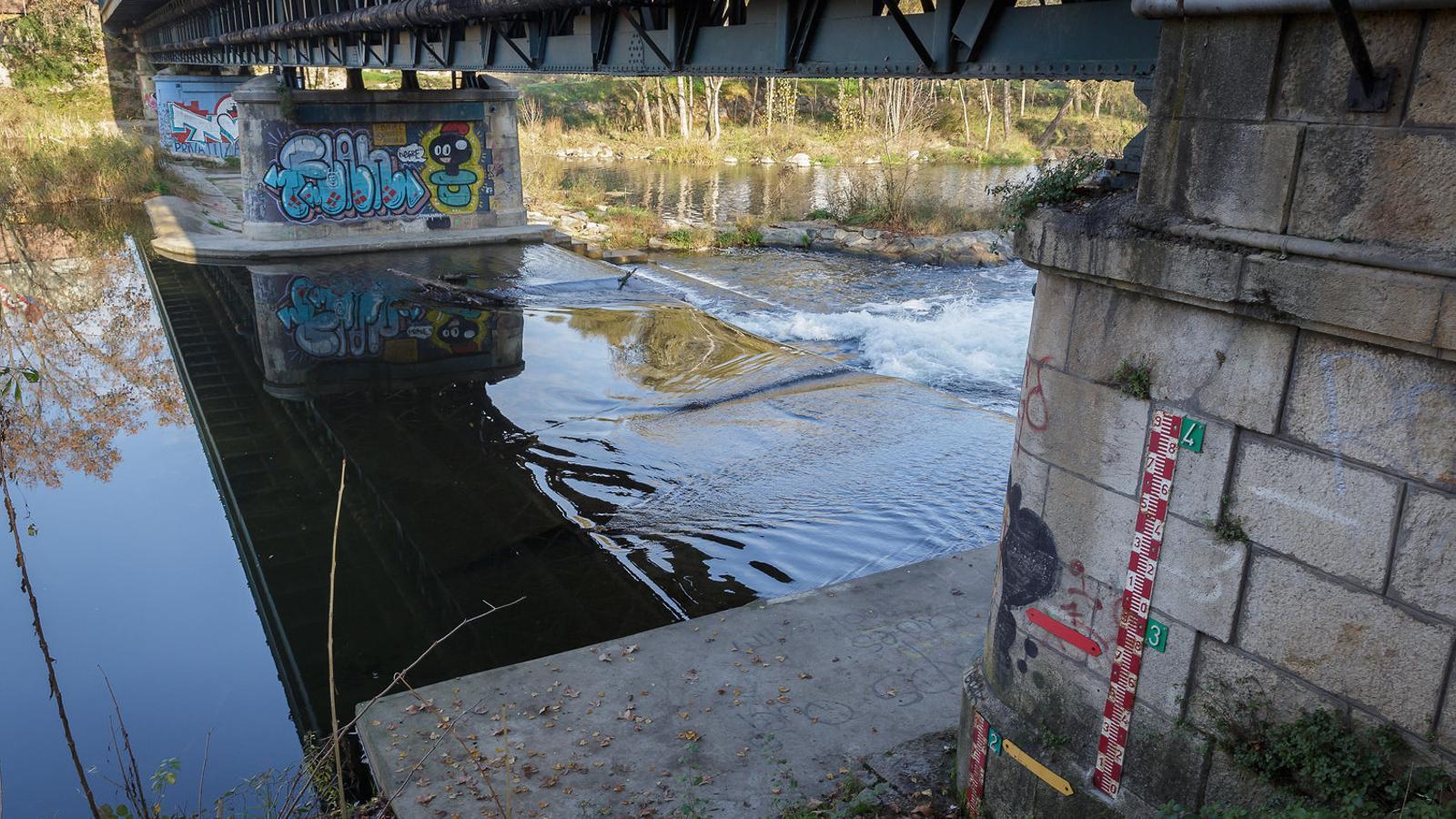 El riu Ter al seu pas pel pont de la Barca, a Girona.