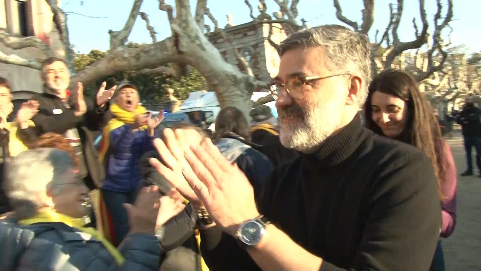 Riera, Artadi i Pujol saluden els manifestants davant del Parlament