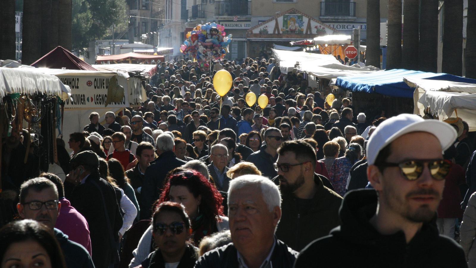 Al migdia, tots els carrers del centre de la ciutat estaven col·lapsats de gent.