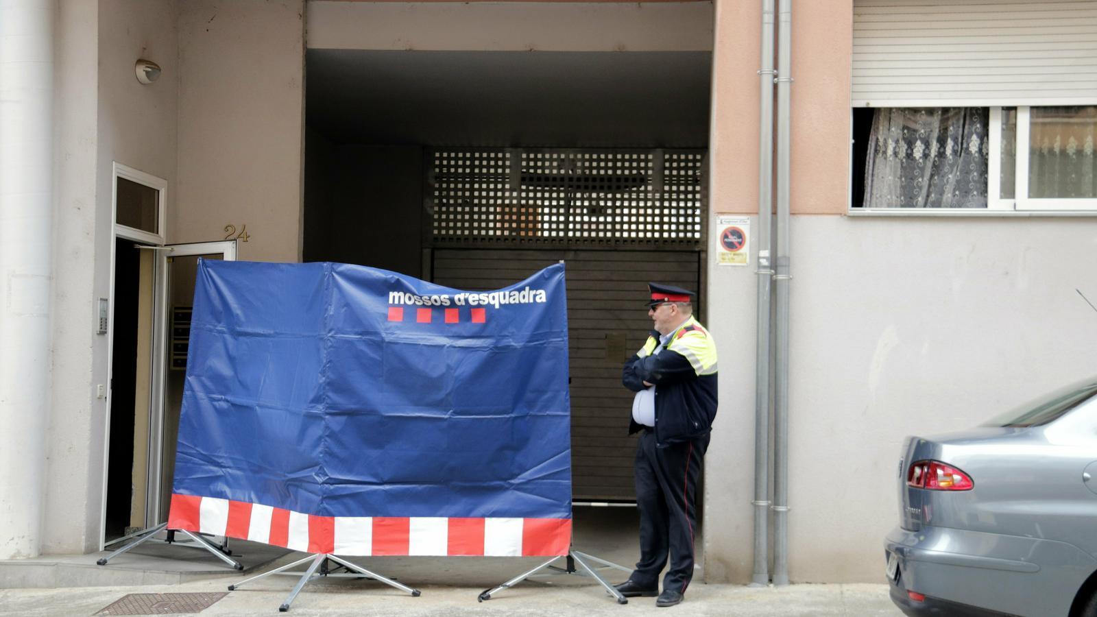 L'entrada al pis on ha tingut lloc el crim d'Olot