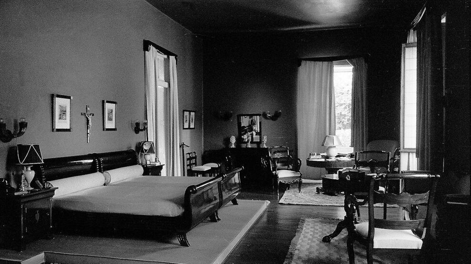 El dormitori principal del Pazo de Meirás, la residència d'estiu de la família Franco, en una fotografia del 1940. / MIGUEL CORTÉS / EFE