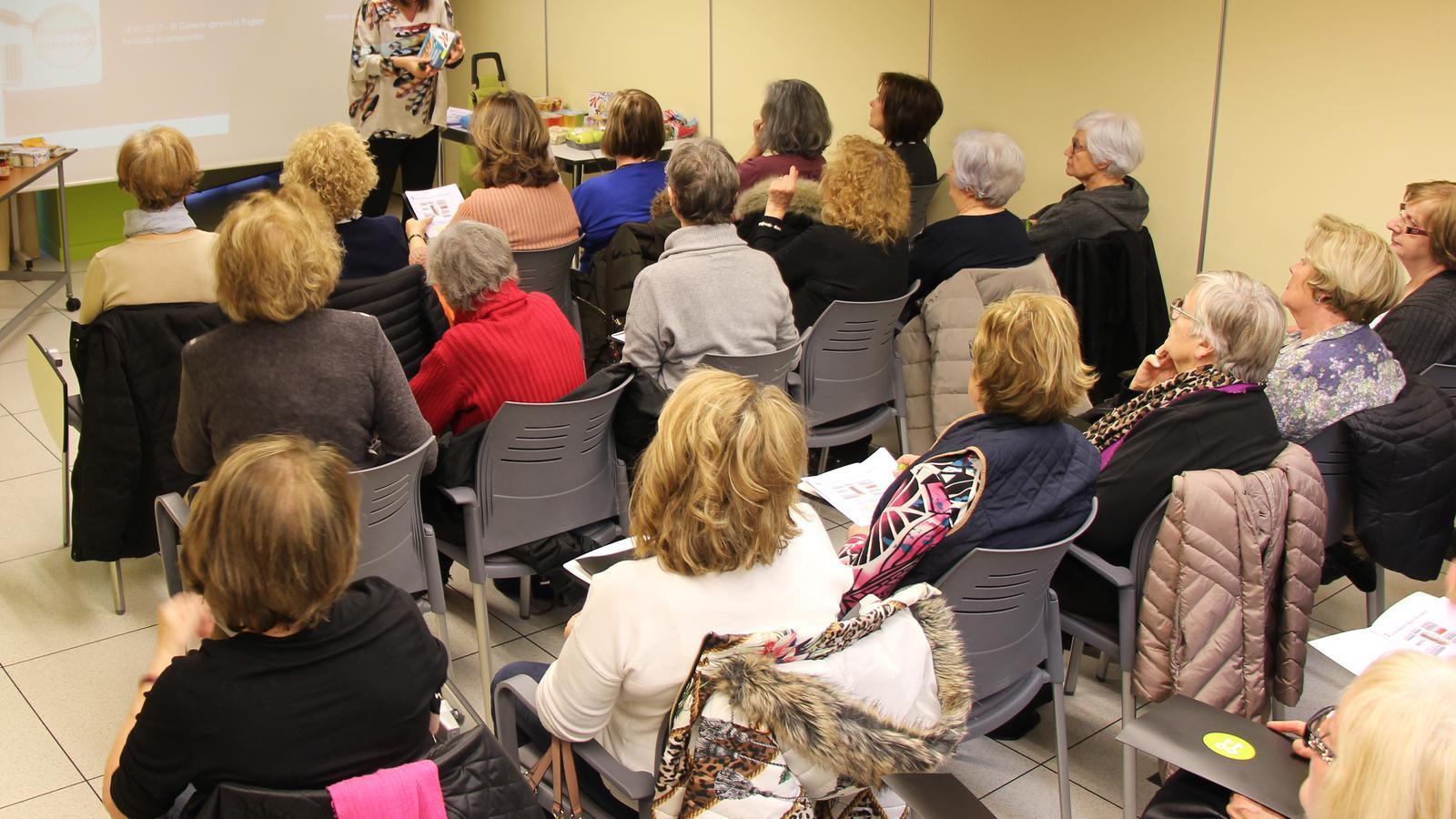 Més de 20 persones han assistit a la xerrada de la nutricionista Marta Pons, a L'espai de la Fundació Crèdit Andorrà. / M. R. F.