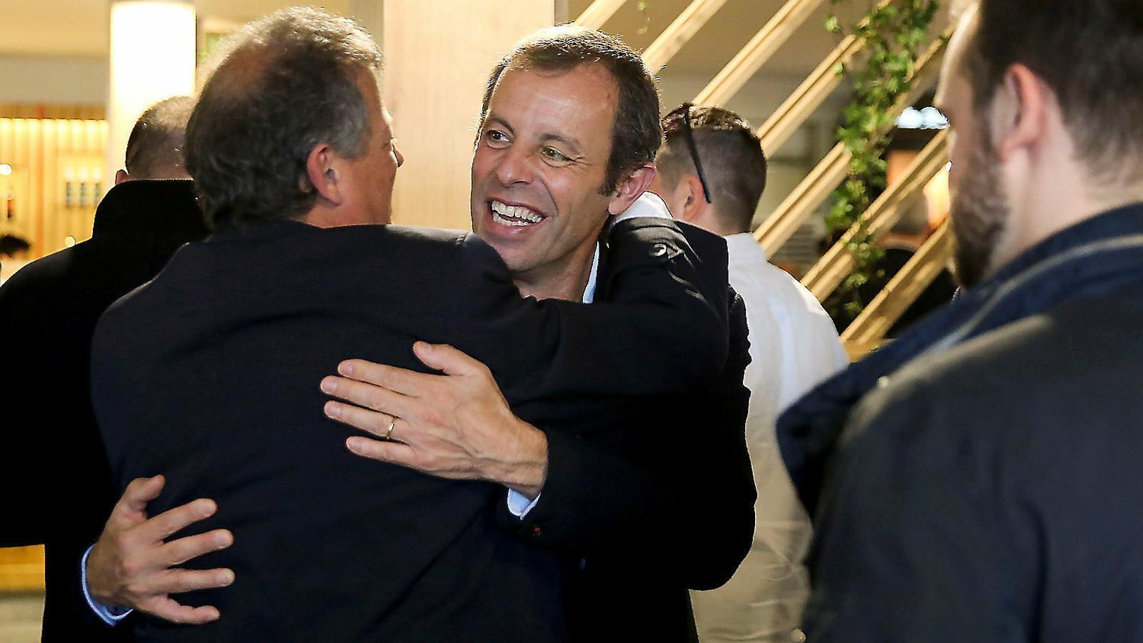 Sandro Rosell rebent la felicitació d'un amic al village del Trofeu Godó, l'endemà de ser absolt per l'Audiència Nacional.
