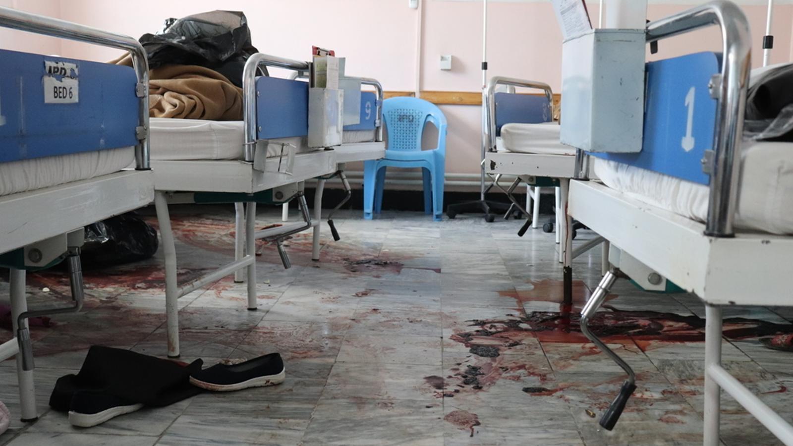 Sang en una habitació de la maternitat després de l'atac