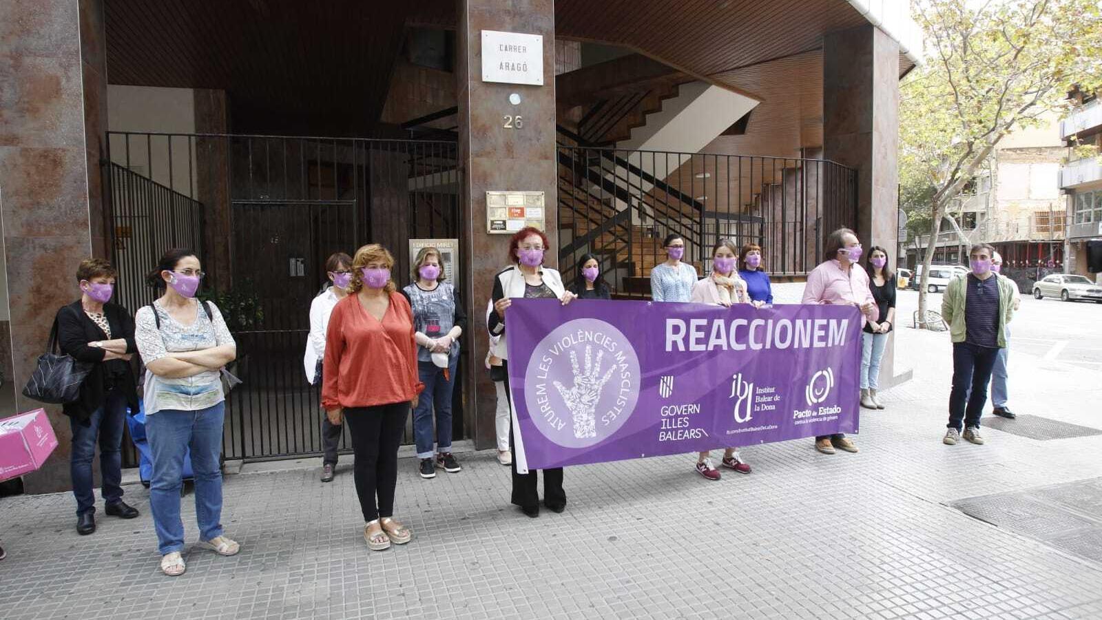Minut de silenci pel crim masclista de Peguera a la seu de l'IBDona