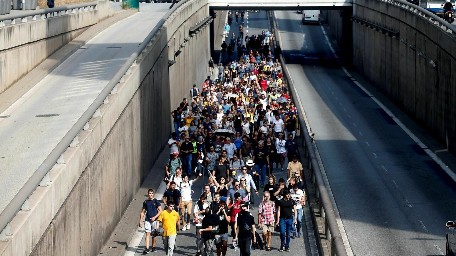 Manifestants a peu per la Gran Via, direcció a l'Aeroport